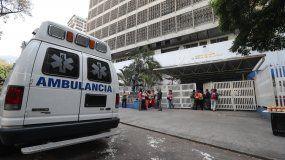Un grupo de personas espera a la entrada de una clínica, afectada durante el apagón eléctrico en Caracas