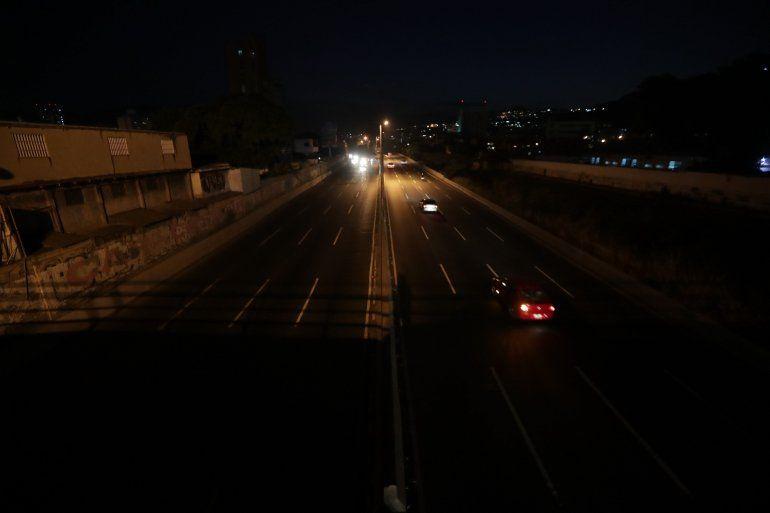 Vista de una calle a oscuras este domingo, en Caracas (Venezuela).