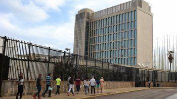 Cubanos hacen fila a las afueras de la embajada de EEUU en La Habana.