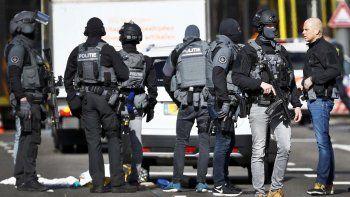Policías armados vigilan la plaza del 24 de Octubre, donde varias personas han resultado heridas este lunes en un tiroteo, en la zona oeste de Utretch,Holanda.