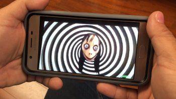 Una persona revisa el llamado Reto Momo en internet a través de un celular.