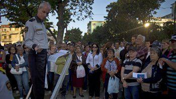 En esta fotografía de archivo del 21 de enero de 2015, numerosas personas aguardan su turno para ingresar en la Sección de Intereses de Estados Unidos para solicitar visa de turista, en La Habana, Cuba.
