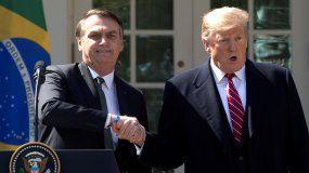 El presidente de Estados Unidos, DonaldTrump(d), estrecha la mano de su homólogo brasileño, Jair Bolsonaro (i), tras la reunión mantenida entre ambos mandatarios en la Casa Blanca, este martes en Washington.