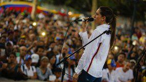 FabianaRosales, esposa del presidente encargado de Venezuela, Juan Guaidó, habla ante cientos de venezolanos que se reunieron este miércoles para recibirla en un parque del centro de Santiago, en Chile.