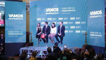 Fabiana Rosales, Primera Dama de Venezuela, habla durante el Foro por la Democracia en Chile. La opositora cubana Rosa María Payá también hizo parte del evento.
