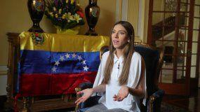 Fabiana Rosales, esposa del presidente encargado, Juan Guaidó, ofrece unas declaraciones a medios nacionales y extranjeros este sábado en la residencia del embajador de Colombia en Lima (Perú)