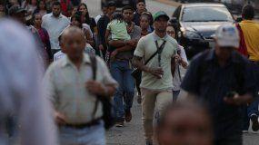 Las fallas del servicio eléctrico en Caracas provocaron este lunes 25 de marzo el cierre de los servicios del metro y obligaron a los venezolanos a trasladarse a pie por la ciudad.