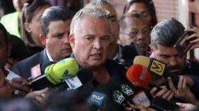 Joel García, abogado de Roberto Marrero, jefe de despacho del presidente encargado de Venezuela, Juan Guaidó, habla con la prensa antes de declarar en un tribunal de Caracas donde se espera por la audiencia preliminar de su defendido, detenido por el régimen de Maduro desde el jueves 21 de marzo.