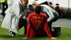 Cristiano Ronaldo recibe asistencia médica durante un partido del grupo B por la clasificación de la Eurocopa 2020 entre Portugal y Serbia este lunes, 25 de marzo de 2019, en el estadio Luz de Lisboa.