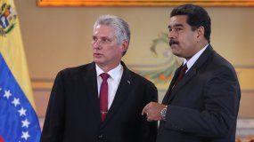 El designado gobernante cubano, Miguel Díaz-Canel (izq.), habla con su homólogo venezolano, Nicolás Maduro, en Caracas, el 30 de mayo de 2018, en el Palacio de Miraflores.