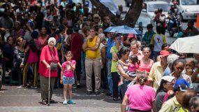 Decenas de personas hacen fila a las afueras del hospital Carlos J Bello de la Cruz Roja, en Caracas, para recibir el kit de agua potable, que forma parte de la ayuda humanitaria.