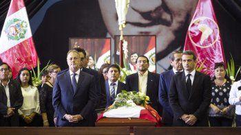 El alcalde de Lima, Jorge Muñoz, y el embajador de Venezuela, Carlos Scull, despiden al expresidente peruanoAlanGarcía en el velatorio levantado en la Casa del Pueblo, la antigua sede del partido Aprista en el centro de Lima (Perú).