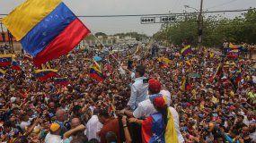 JuanGuaidó, reconocido como presidente interno del país por más de 50 naciones, ondea una bandera durante un acto en Cabimas, en el estado Zulia (Venezuela).