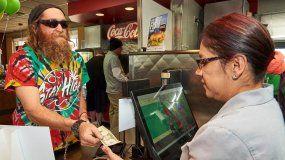 Brian Price pide una hamburguesa de Carls Jr. Rocky Mountain High Cheese Burger Delight este sábado, en Denver .