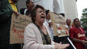 Pacientes y trabajadores de la salud protestan ante la sede de la Cruz Roja en Caracas.