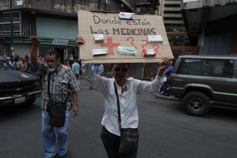 Un grupo de trabajadores de la salud y pacientes protesta este lunes frente a la sede de la Cruz Roja Venezolana para exigir la distribución de las medicinas que llegaron al país el pasado 16 de abril como parte de la ayuda humanitaria enviada por la Federación Internacional de Sociedades de la Cruz Roja y de la Media Luna Roja, en Caracas.