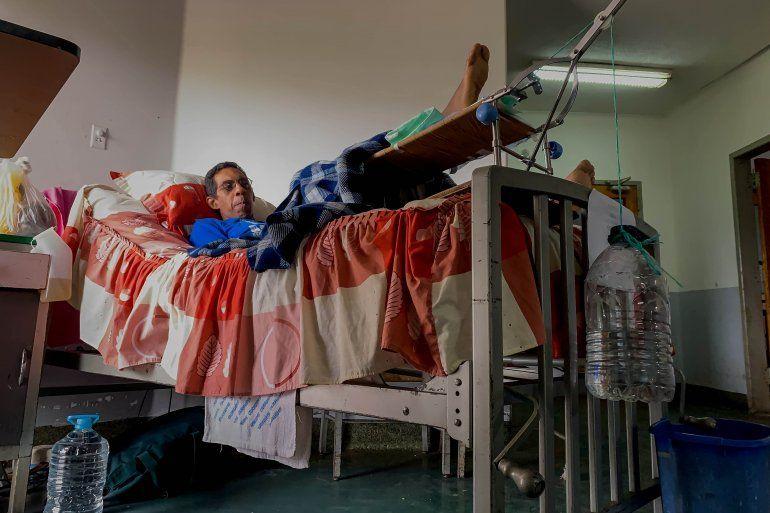 Fotografía fechada el 15 de abril del 2019 que muestra a un paciente del Hospital Clínico Universitario a la espera de parte de su tratamiento, en Caracas (Venezuela).