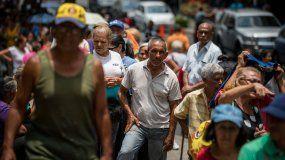 Fotografía fechada el 18 de abril del 2019 que muestra a un grupo de personas mientras esperan para recibir ayudahumanitariade Cruz Roja, en Caracas (Venezuela).