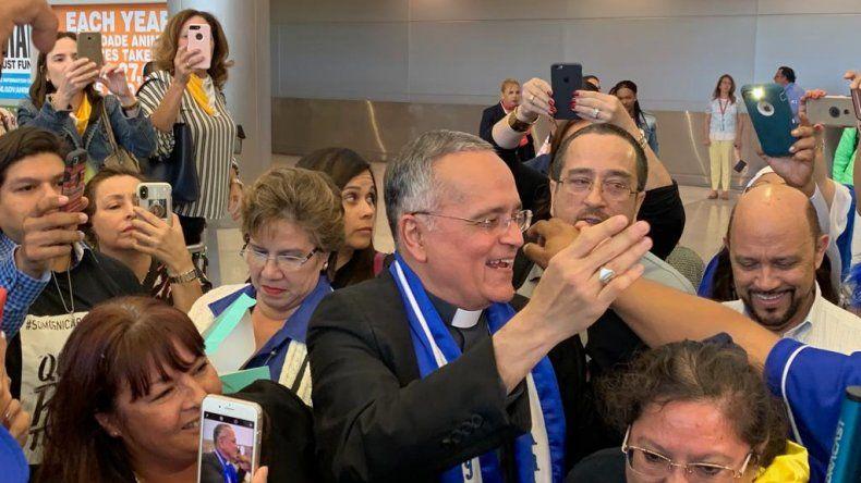 El monseñor Silvio Báez habló con la prensa en el Aeropuerto Internacional de Miami.