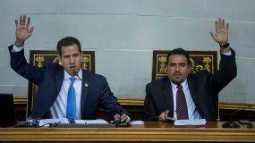 El presidente encargado de Venezuela y líder del Parlamento, Juan Guaidó (izq.), y el segundo vicepresidente de la Asamblea Nacional, Stalin González, participan en una sesión de la AN en Caracas.