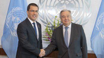 Fotografía cedida por la ONU donde aparecen su secretario general, António Guterres (der.), y el canciller del régimen de Nicolás Maduro en Venezuela, Jorge Arreaza (i), el 24 de abril de 2019 en Nueva York.