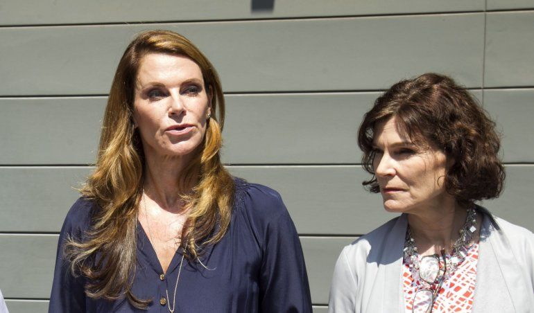 Alexandra (izq.) y Carolina Kuczynski, hijas del expresidente peruano Pedro Pablo Kuczinsky, hablan frente a la clínica donde se encuentra internado su padre en Lima, Perú.