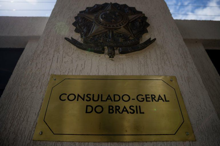 Detalle de un anuncio en el exterior de la embajada de Brasil en Caracas (Venezuela).