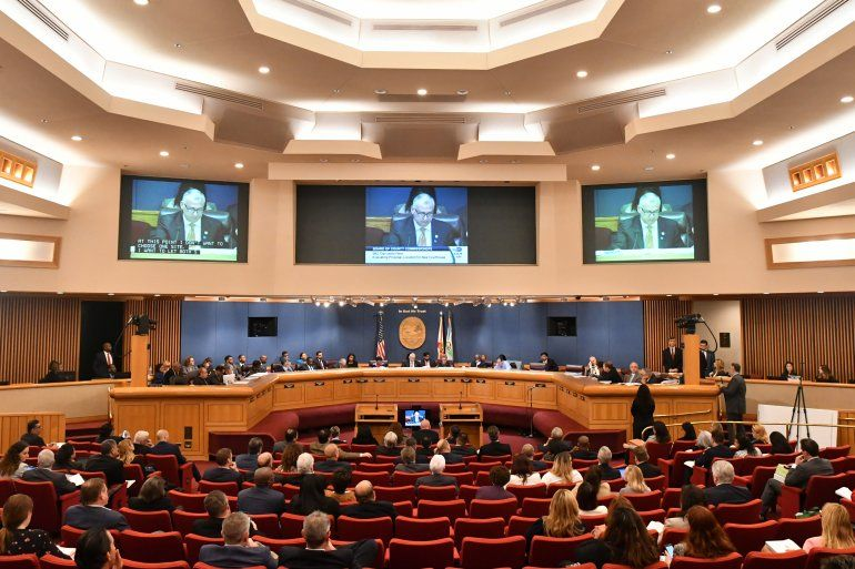 Vista parcial de una sesión plenaria de la Comisión Miami-Dade.