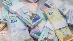 Detalle de billetes del bolívar, la moneda venezolana, de diferente denominación.