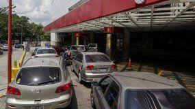 Los habitantes de Caracas formaron este viernes largas filas en varios puntos para poder repostar sus vehículos y debieron incluso esquivar algunas estaciones cerradas temporalmente por falta de combustible.