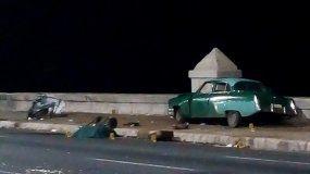 Fotografía cedida por Cubadebate, donde se observa un automóvil antiguo tras un accidente en la avenida Malecón en la madrugada de este domingo, en La Habana (Cuba).