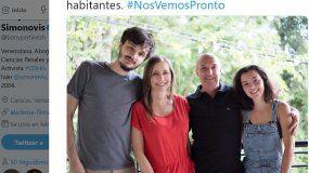 Bony Pertiñez, esposa de Iván Simonovis, publicó este lunes una fotografía en la que aparece el comisario, luego de que fue indultado por el presidente interino, Juan Guaidó, de su arresto domiciliario.