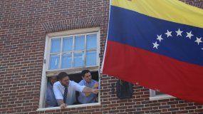 Embajador Carlos Vecchio iza la bandera de Venezuela en Washington