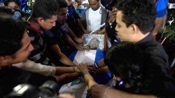 Un grupo de jóvenes une sus manos sobre el féretro del nicaragüense-estadounidense Eddy Montes durante su funeral este domingo, en Matagalpa (Nicaragua).