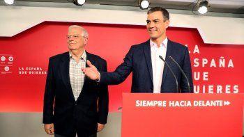 El presidente del Gobierno en funciones, Pedro Sánchez, y el candidato socialista a las elecciones europeas, Josep Borrell (i), valoran los resultados electorales de este domingo en la sede del PSOE en Madrid.