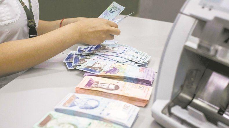 La escasez de dinero en efectivo es uno de los problemas que enfrenta la población venezolana.