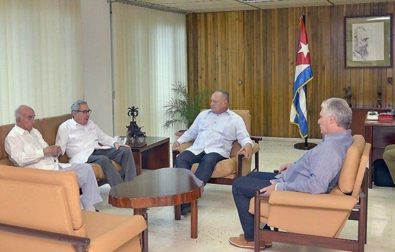 El general cubano Raúl Castro (2-izq.)