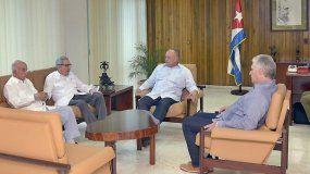 El general cubano Raúl Castro (2-izq.), conversa con el segundo hombre del chavismo en Venezuela, Diosdado Cabello (2do-der.), acompañados del designado gobernante de la isla, Miguel Díaz-Canel (der.), y el segundo secretario del Partido Comunista, José Ramón Machado Ventura, en La Habana, el 7 de junio de 2019.