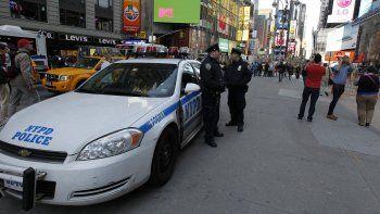 Policías patrullan en Times Square, Nueva York.