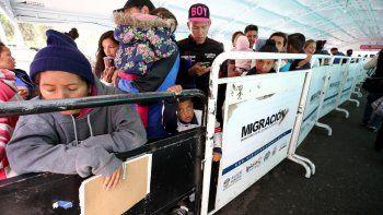 grantes venezolanos esperan para ingresar a Ecuador en Rumichaca, puesto fronterizo entre Colombia y Ecuador.
