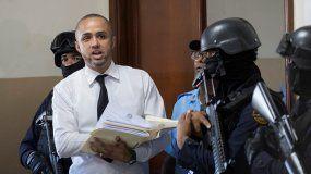 Un funcionario judicial llama a los abogados de los implicados en el atentado contra el expelotero de Grandes Ligas David Ortiz durante una audiencia en el Palacio de Justicia en Santo Domingo.