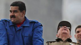 Fotografía de archivo fechada en mayo de 2015 del dictador venezolano Nicolás Maduro (izq.) y el general cubano Raúl Castro, en La Habana.