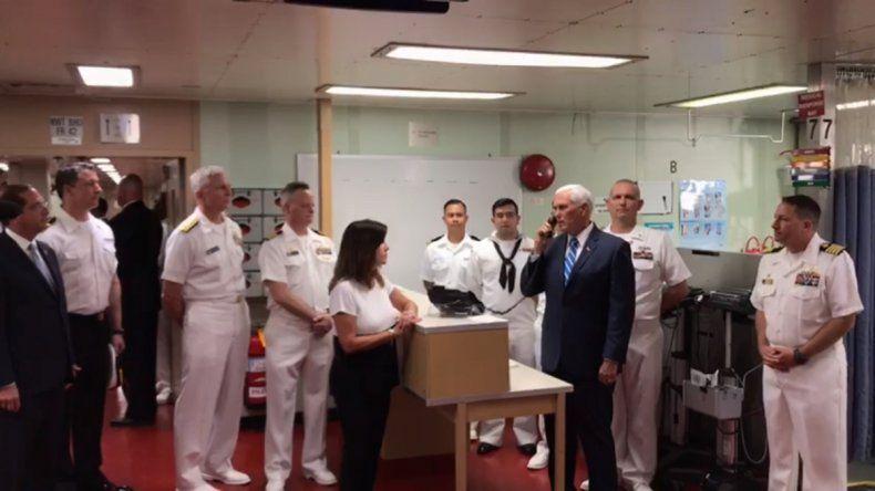 El vicepresidente de EEUU, Mike Pence, habla a la tripulación del buque hospital USNS Confort el 18 de junio de 2019 en el puerto de Miami.