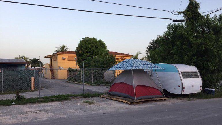 Vista de un asentamiento de exconvictos por delitos sexuales en las inmediaciones de la Avenica 36 y la calle 44 del noroeste de Miami.