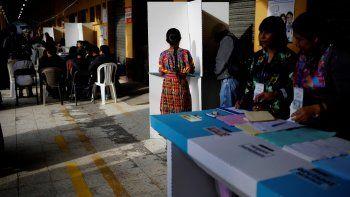 Una mujer vota en un centro de votación en el municipio indígena de San Juan Sacatepéquez, el 16 de junio de 2019 con motivo de las elecciones generales de Guatemala.