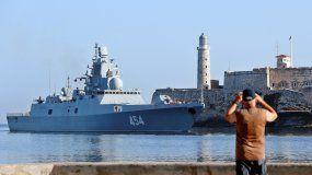 Un hombre toma fotos a un buque de la Marina de Guerra de Rusia a su llegada al puerto de La Habana.