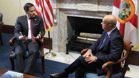 El senador Marco Rubio conversa con el comisario venezolano Ivan Simonovis.