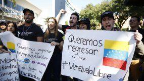 La manifestación, a la cual acudieron cerca de cien personas vestidas con camisetas negras, fue convocada por la Red Latinoamericana de Jóvenes por la Democracia que llegaron a las afueras del centro de convenciones Plaza Mayor llevando banderas venezolanas.