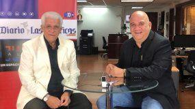 Juan Juan Almeida (der.) entrevista al reconocido santero José Montoya.
