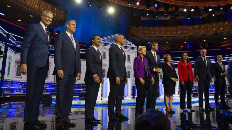 Los primeros diez candidatos demócratas que aspiran a la presidencia de EEUU posan para una foto antes de iniciar el debate en elAdrienne Arsht Center, en Miami, el 26 de junio de 2019.